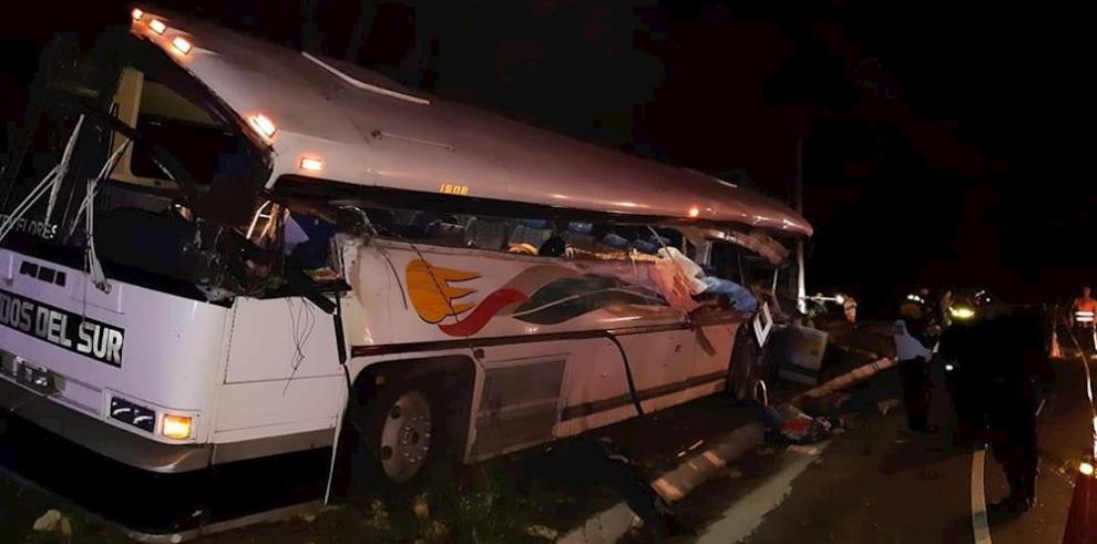 Fotografía cedida del accidente entre un bus de transporte colectivo y un camión en la carretera del municipio de Gualán, Zacapa, el sábado 21 de diciembre de 2019, producto del choque hay 21 fallecidos hasta el momento y 11 personas resultaron heridas y