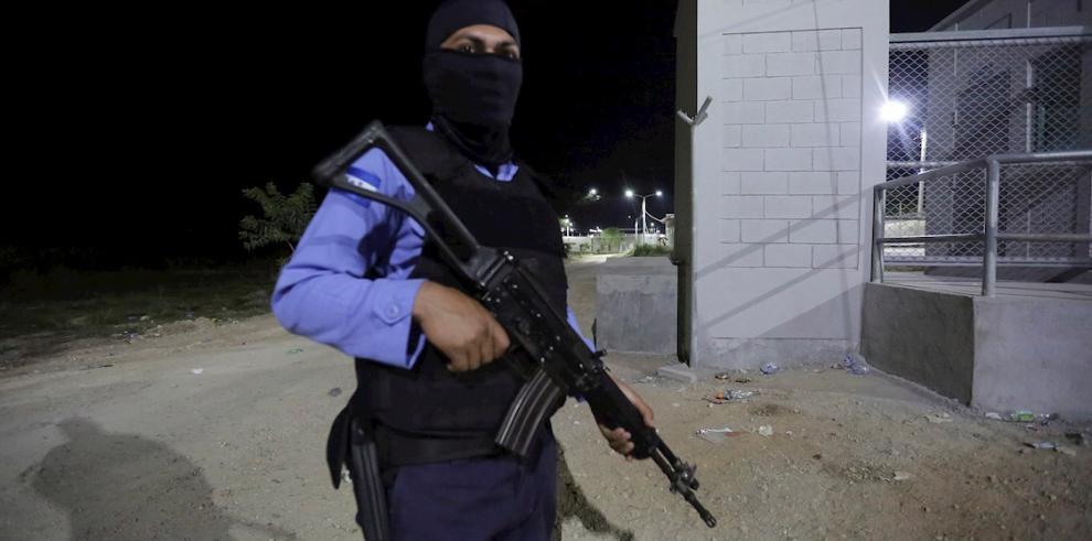 Agentes de Policía vigilan los alrededores de la prisión de El Porvenir, departamento central de Francisco Morazán (Honduras).