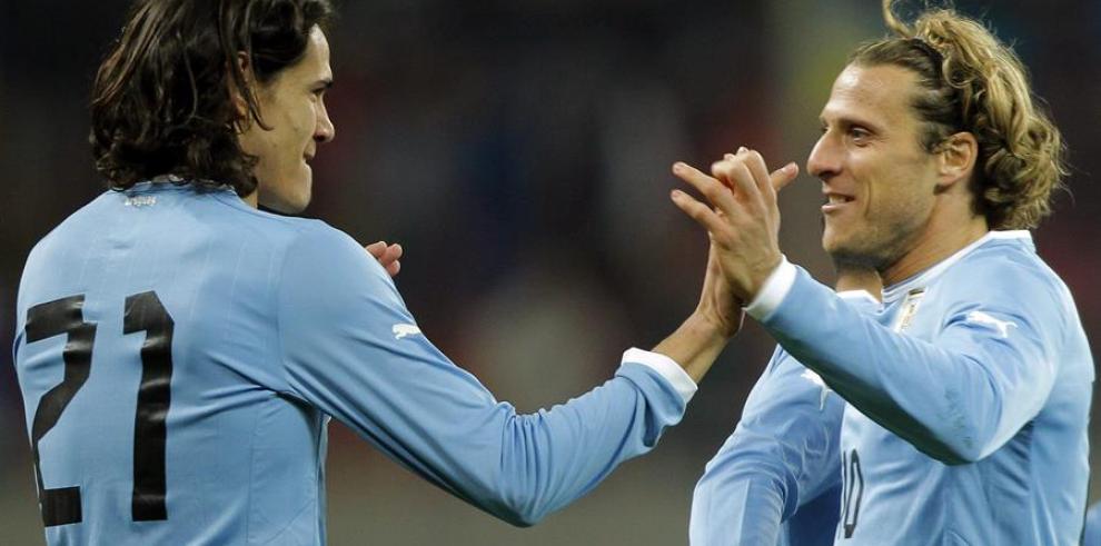 el uruguayo Edinson Cavani (i) junto a Diego Forlán (d).