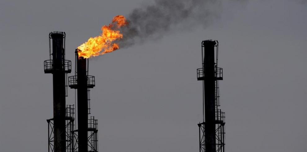 Chimeneas en la refinería de gas y petróleo de Rusia