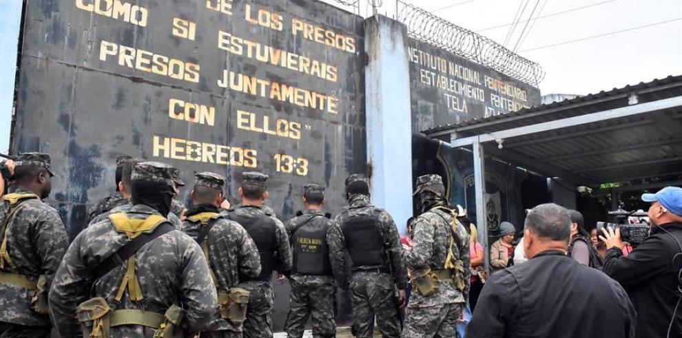 Soldados del ejército hondureño esperan afuera del centro penitenciario de Tela el 21 de diciembre de 2019 en el municipio de Atlantida (Honduras)