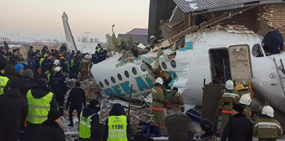 El avión siniestrado, que según las autoridades no se incendió tras la colisión, realizaba el vuelo Z2100 entre Almaty, la mayor ciudad del país, y Nur-Sultán, la capital kazaja