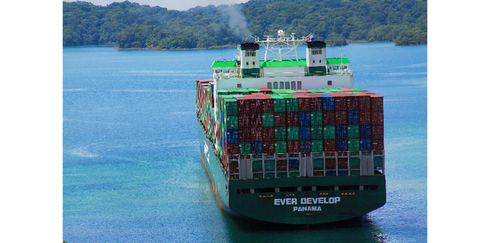 Portacontenedor transita el Lago Gatún en el Canal de Panamá