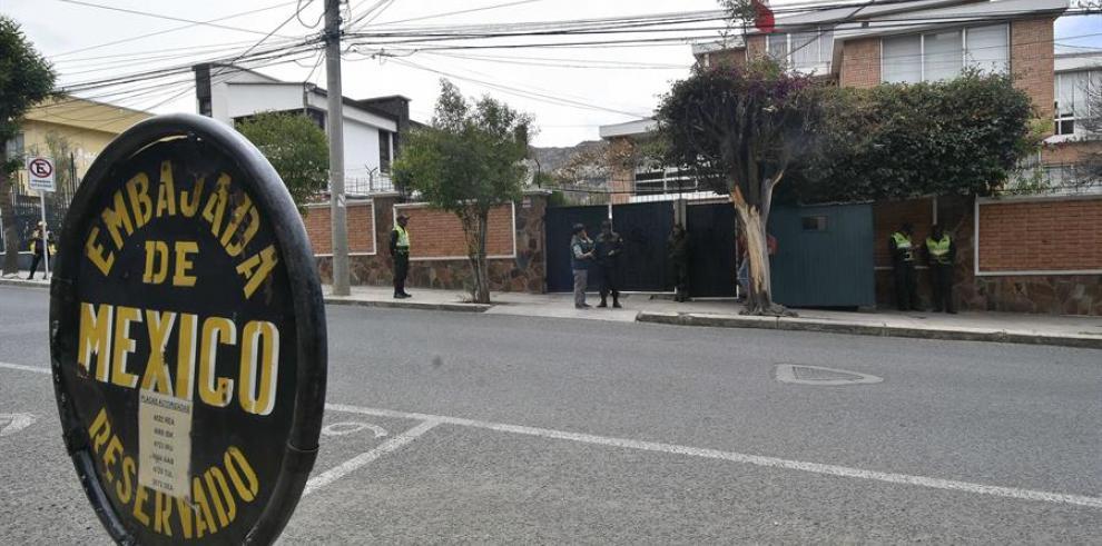 Vista de la Embajada mexicana con presencia policial el jueves, en La Paz (Bolivia).