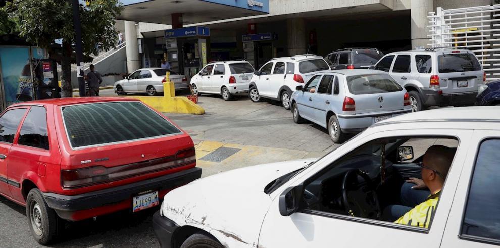 Conductores hacen fila para surtir de gasolina sus vehículos este lunes, en una estación de servicio de Caracas (Venezuela).