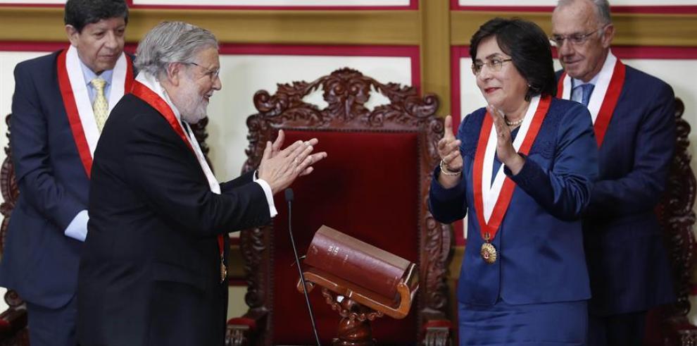 Marianella Ledesma Narváez (d) y Ernesto Blume (i-adelante), magistrados del Tribunal Constitucional (TC) de Perú