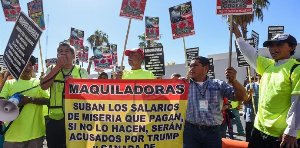 Protesta de un grupo de mexicanos en la frontera con Estados Unidos
