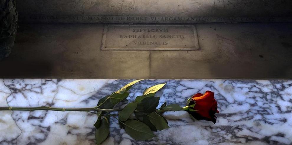 Roma decorará cada día del 2020 con una rosa roja la tumba del célebre pintor Rafael Sanzio, en el Panteón de Agripa