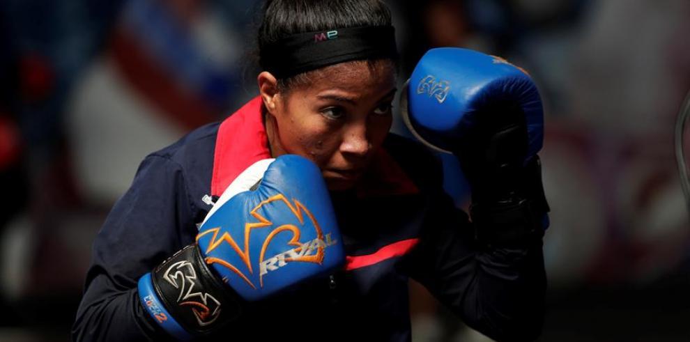 La boxeadora panameña Laura Ledezma de 32 años entrena en el gimnasio