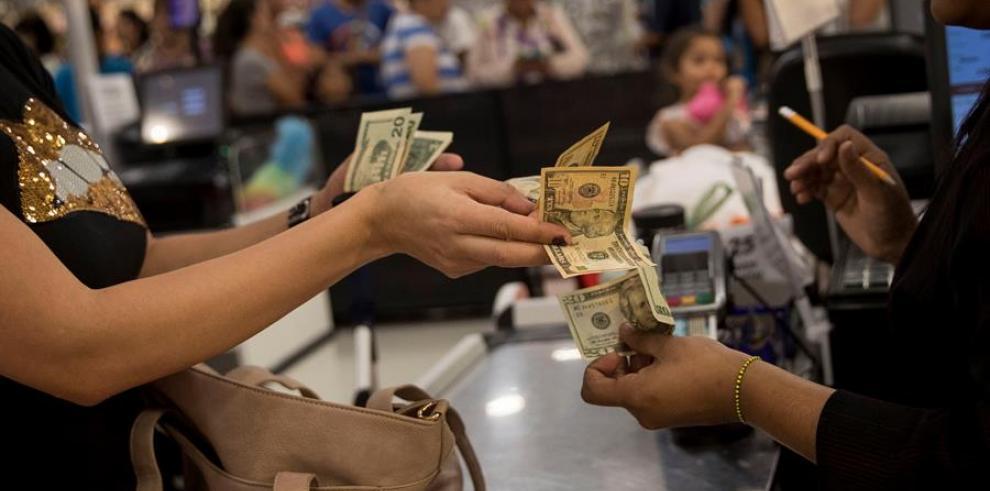 Una mujer paga sus compras el pasado 28 de diciembre en dólares, en un supermercado de Caracas (Venezuela).