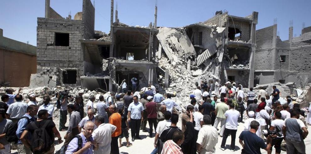 Vista de los escombros de varias casas que fueron destruidas durante un ataque aéreo en Trípoli, Libia.
