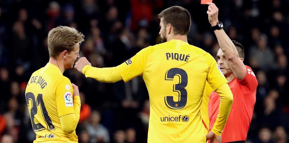 El centrocampista holandés del FC Barcelona Frenkie de Jong (i) recibe tarjeta roja durante el partido de la jornada 19ª de LaLiga que RCD Espanyol y FC Barcelona disputaron en el RCDE Stadium, en Cornellá.