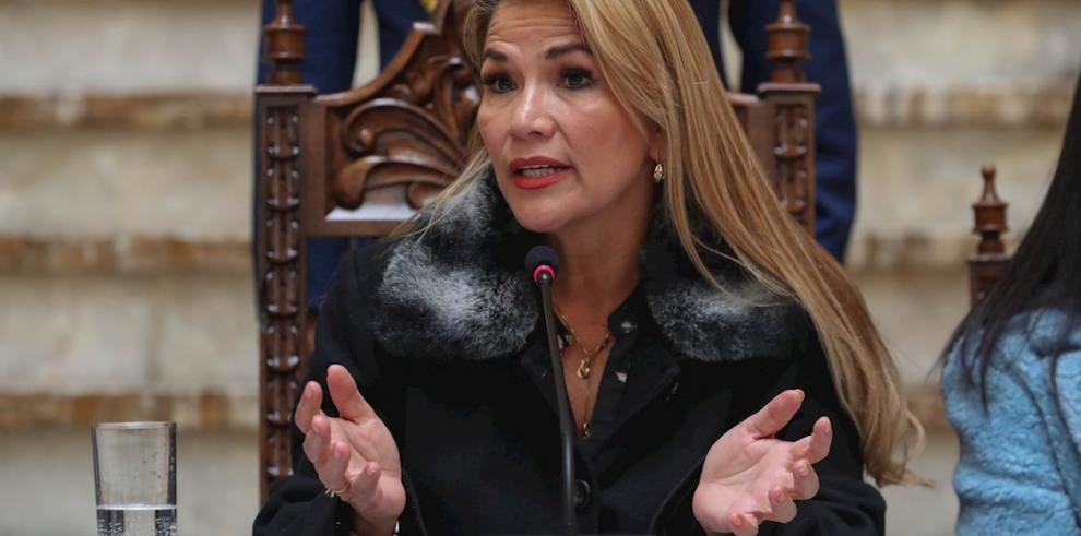En la imagen un registro de la presidenta interina de Bolivia, Jeanine Áñez, quien manifestó en su cuenta de Twitter su