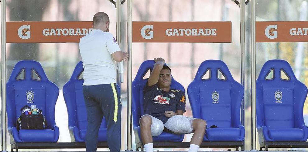 El centrocampista brasileño Reinier (d)