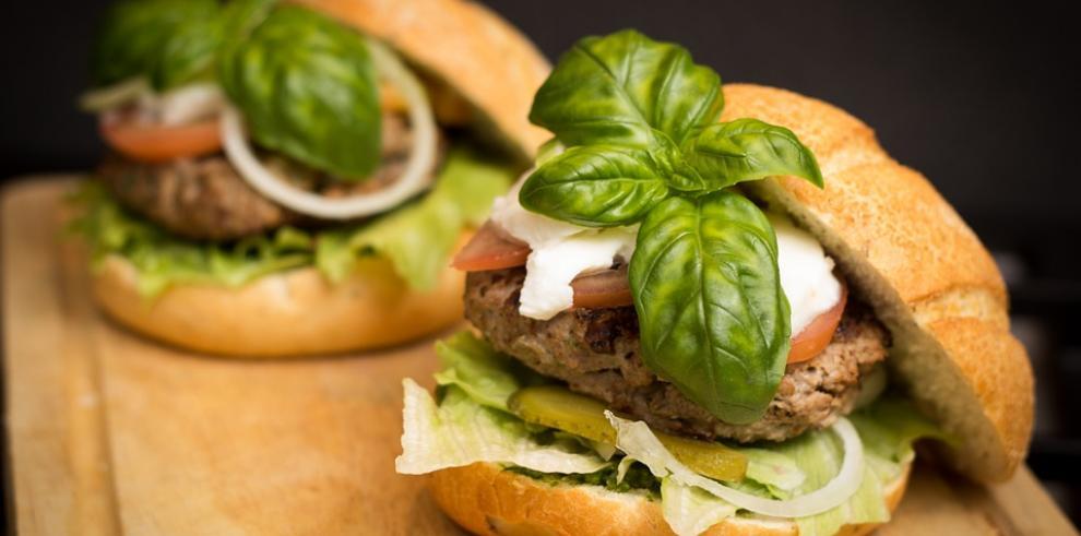 La hamburguesa, hecha por The Vegetarian Butcher, una compañía de propiedad de Unilever, estará disponible próximamente en unos 2.400 restaurantes de la cadena en una veintena de países europeos