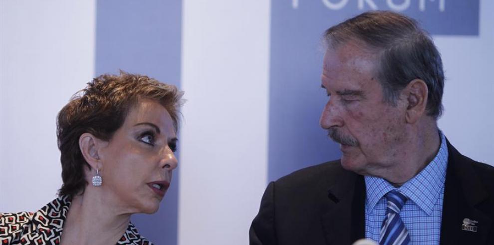 El expresidente mexicano Vicente Fox (d), conversa con Martha Sahagun (i)