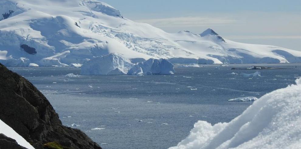 Vista de un paisaje de Bahía Paraíso, considerado uno de los lugares más bellos de la Antártida