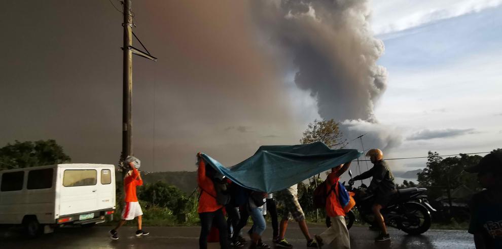 Las autoridades pusieron en marcha la evacuación de los municipios de San Nicolás, Balete y Talisay, cercanos al volcán situado a 65 kilómetros al sur de Manila