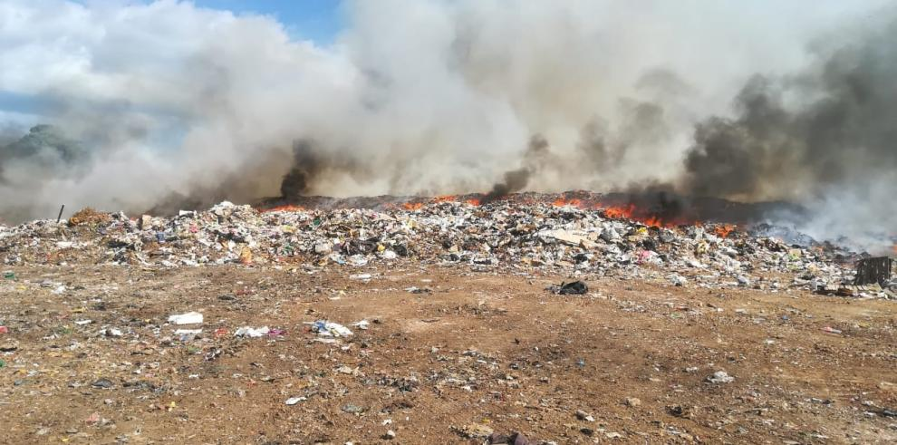 Incendio en vertedero municipal de Chitréro