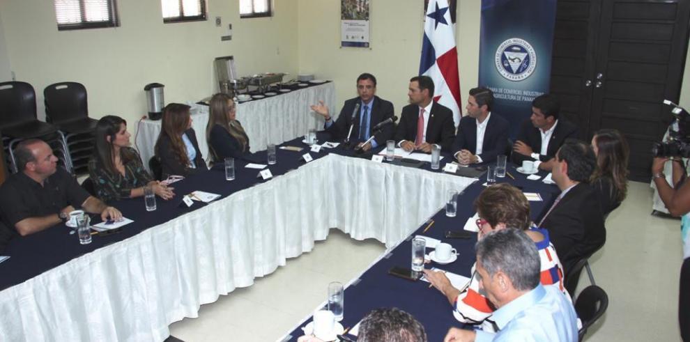 ReuniónContralor se reúne con miembros de la Cámara de Comercio