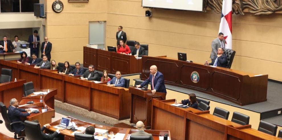Rolando Mirones, ministro de Seguridad, en el pleno de la Asamblea Nacional.