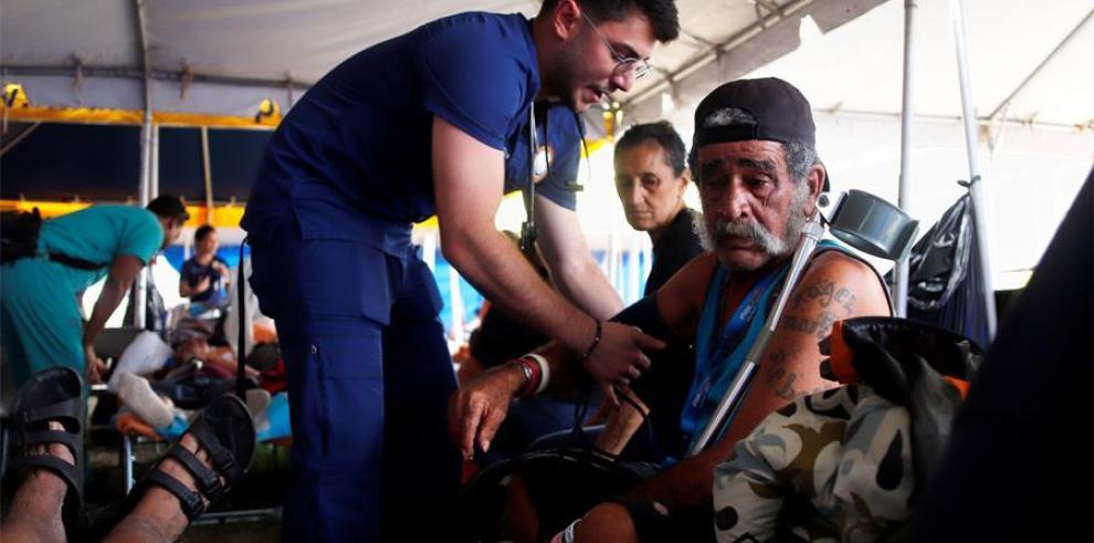 Personal médico fue registrado este martes al atender a una persona refugiada en el campamento dispuesto por la Guardia Nacional en la pista atlética de Peñuelas (Puerto Rico)