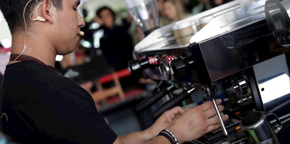 El barista panameño Adrián Villarreal de 25 años, perteneciente a Café Unido, prepara un café este viernes durante el