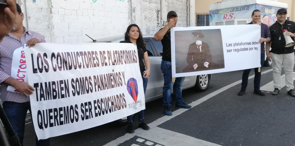 Protesta de los conductores de las plataformas digitales frente a la Asamblea Nacional.