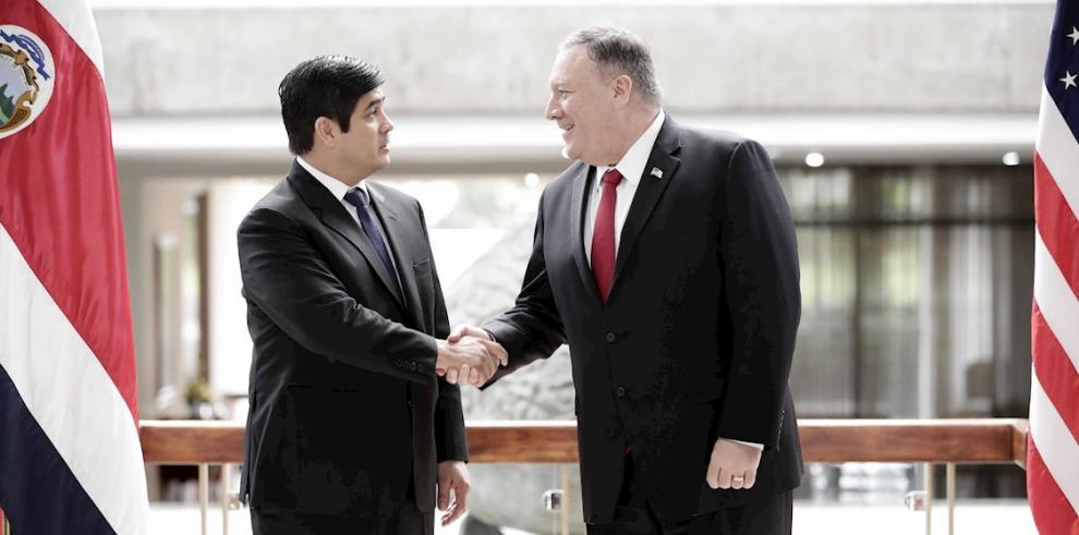 El secretario de Estado de EE.UU., Mike Pompeo (d), fue registrado este martes al estrechar la mano del presidente de Costa Rica, Carlos Alvarado (i), durante una reunión en San José (Costa Rica).