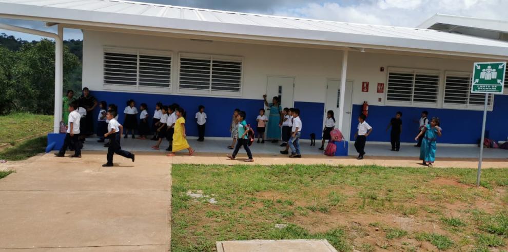 Estudiantes en una escuela en la comarca.