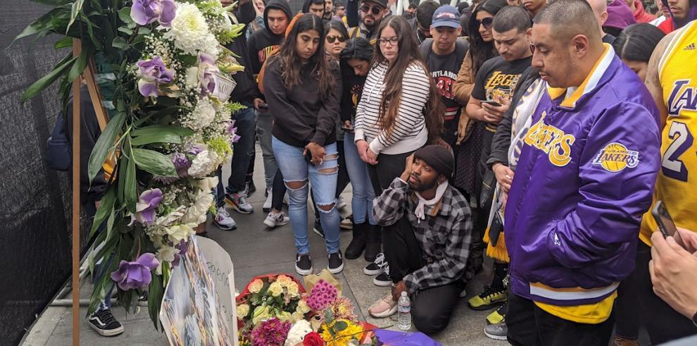 Decenas de personas participan en un homenaje al exjugador de la NBA Kobe Bryant, el cual falleció en un accidente de avión.
