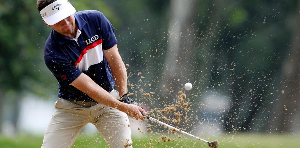 En la imagen un registro del golfista estadounidense Chase Wright, quien firmó una tarjeta de 62 golpes (8 bajo par) durante la tercera jornada y asumió el liderato del Korn Ferry Tour Panama Championship de golf.