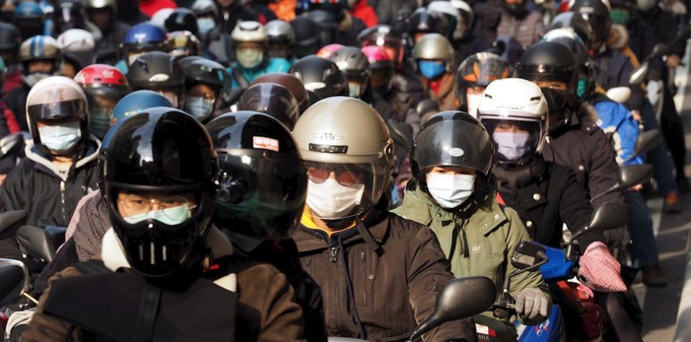 Motoristas taiwaneses conducen con máscaras faciales en Taipei,