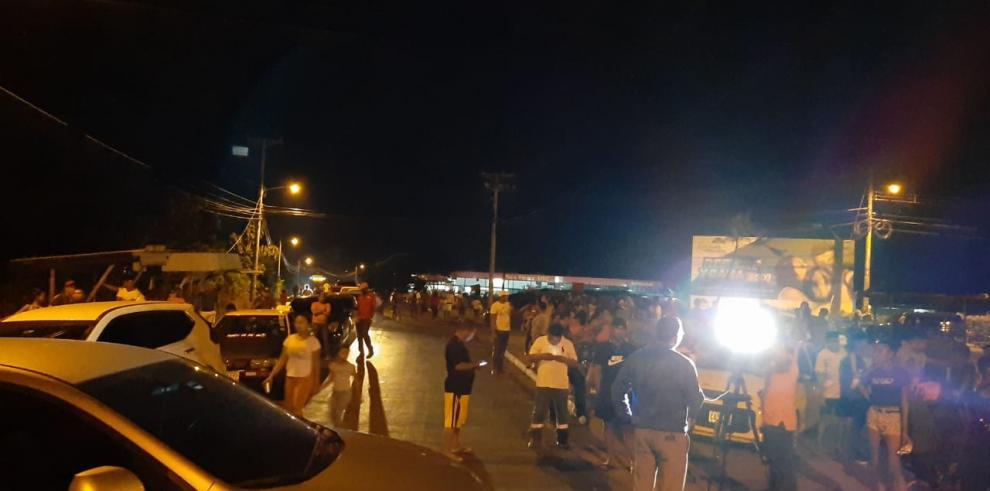 Moradores exigen la reubicación de los 33 estudiantes becados.