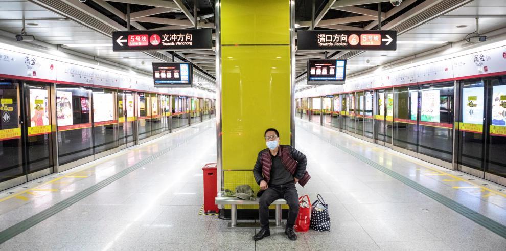 Las autoridades sanitarias chinas han elevado el número de muertos por el coronavirus causante de la neumonía de Wuhan a 563, entre los 28.018 contagiados diagnosticados hasta el momento en el país asiático