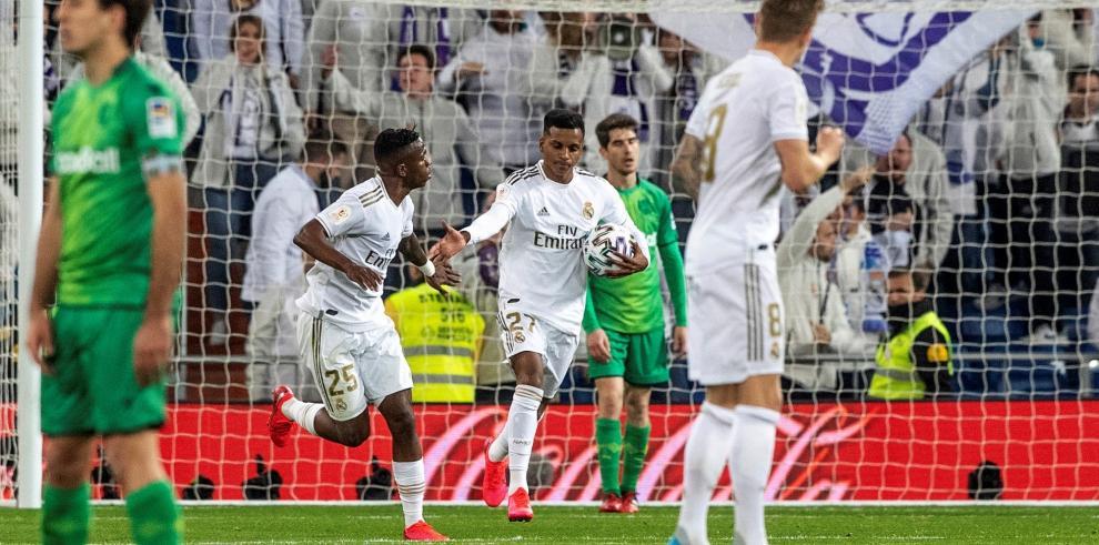 El delantero brasileño del Real Madrid, Rodrygo Goes (2i) celebra el segundo gol de su equipo en el partido ante la Real Sociedad, de cuartos de final de la Copa del Rey, este jueves en el estadio Santiago Bernabéu.