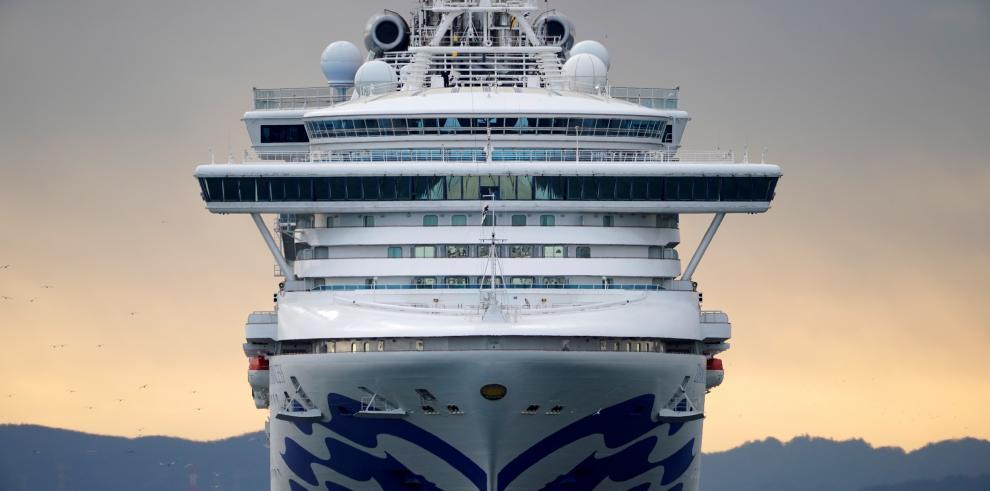 El crucero Diamond Princess se acerca al puerto de Yokohama este jueves, en Yokohama (Japón) El crucero con 3.700 pasajeros a bordo atracó por la mañana para reponer alimentos y suministros
