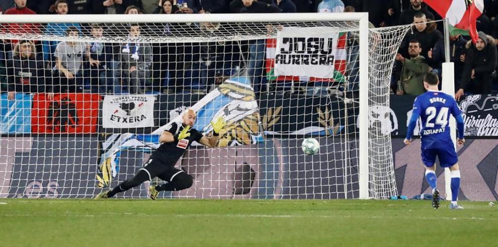 El delantero escocés del Deportivo Alavés, Oliver Burke golpea el balón ante el guardameta serbio del Eibar, Marki Dmitrovic