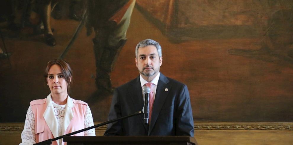 El presidente de Paraguay, Mario Abdo Benítez (d), y la primera dama, Silvana López Moreira (i)