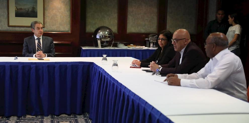 El expresidente del Gobierno español José Luis Rodríguez Zapatero (i) se reúne con el ministro de Comunicación de Venezuela, Jorge Rodríguez (2-d), la vicepresidenta, Delcy Rodríguez (3-d)