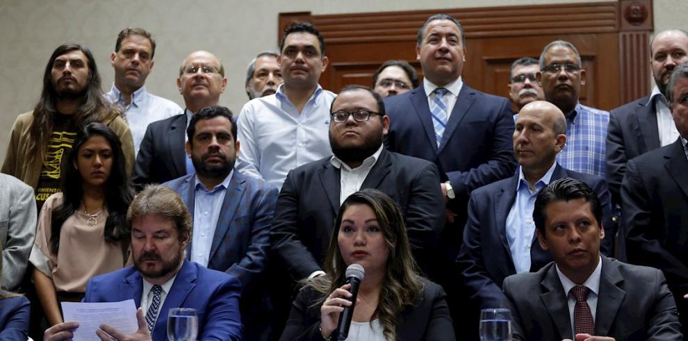Representantes de gremiales empresariales, derechos humanos, abogados y sociedad civil ofrecieron una conferencia de prensa, este martes, en rechazo a la irrupción militar en el congreso salvadoreño, en San Salvador (El Salvador).