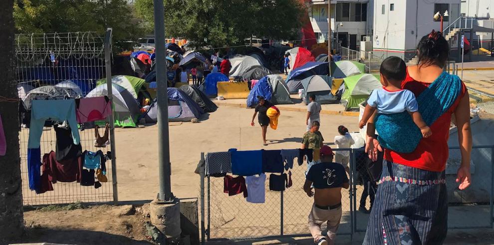Personas centroamericanas acampan en Matamoros (México), frontera con EE.UU.