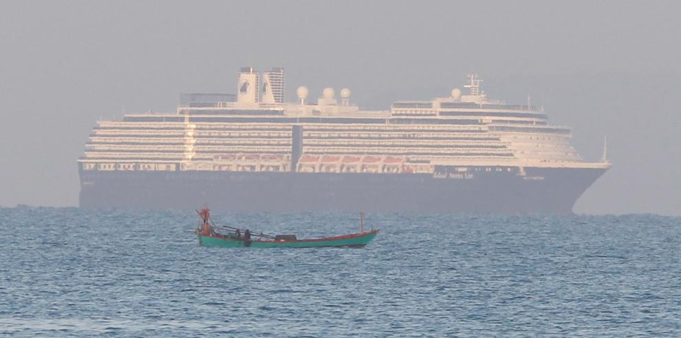 Con más de 2.000 personas a bordo llegó a Camboya un día después de recibir el permiso de las autoridades del país.