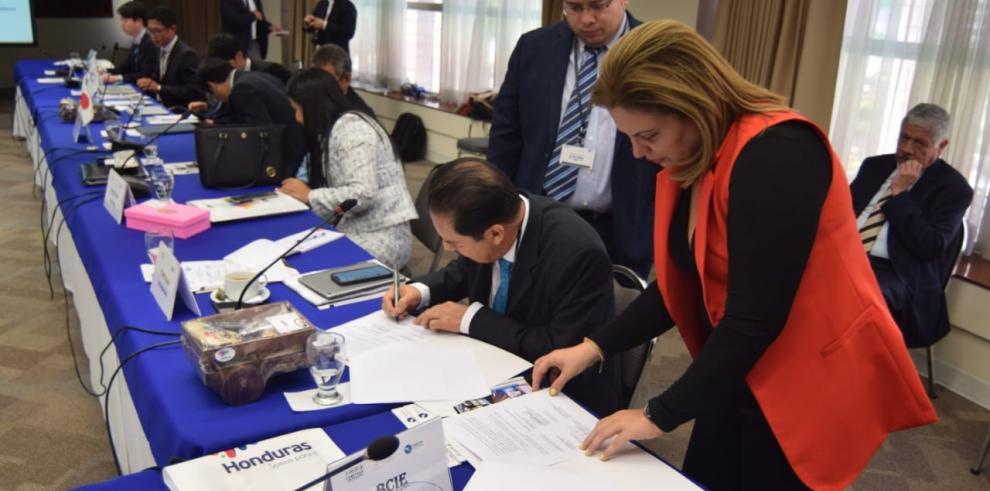 Momentos en que la viceministra de Obras Públicas Librada De Frías, participa en la firma de la hoja de ruta para la elaboración del cronograma de trabajo 2020  del  Plan Maestro Regional de Movilidad y Logística.