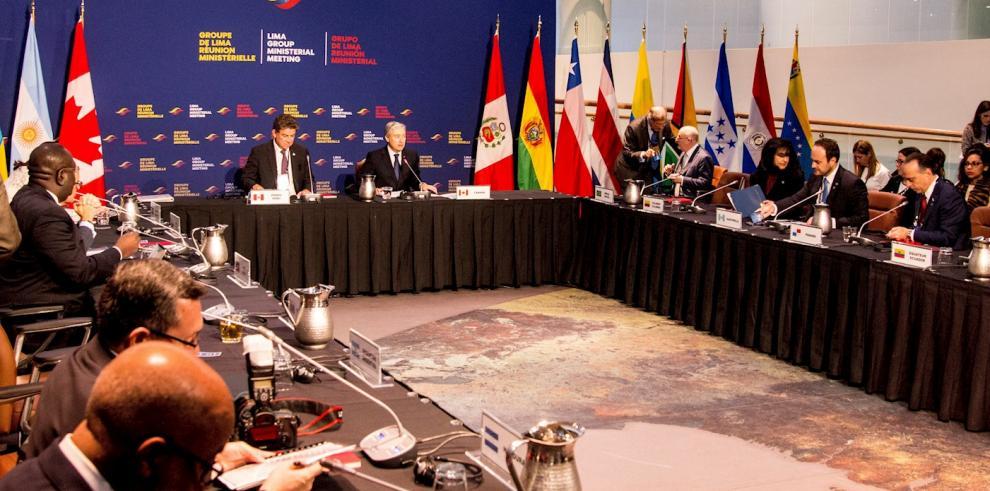 Los ministros de Asuntos Exteriores de Perú, Gustavo Meza-Cuadra (), y de Canadá, Francois-Philippe Champagne (d), durante la apertura de la reunión ministerial del Grupo de Lima este jueves en Ottawa (Canadá).