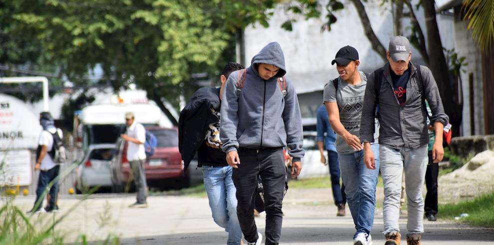 Un grupo de migrantes hondureños que hacía parte de una caravana rumbo a EE.UU. se traslada al Centro de Migrantes Retornados tras su llegada a San Pedro Sula (Honduras)