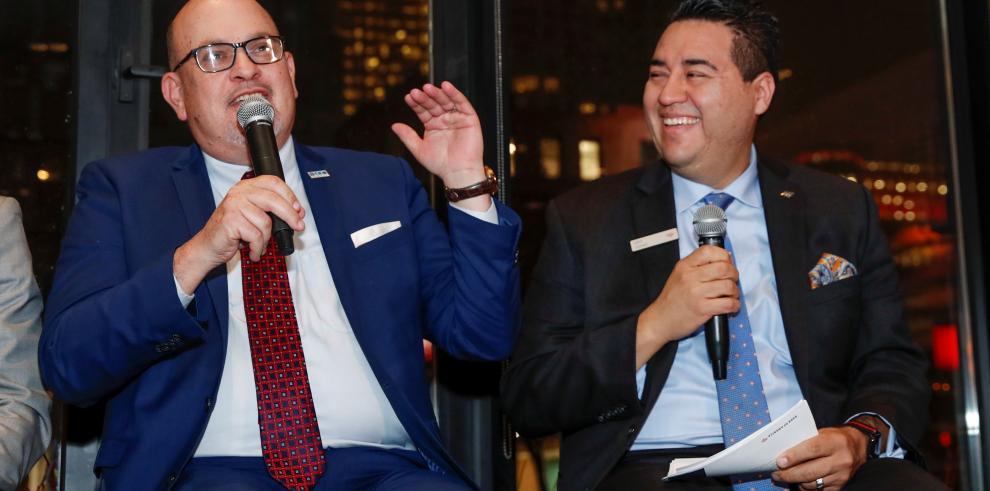 El presidente de la Cámara Hispana de Comercio de Illinois, Jaime di Paulo y el  ejecutivo regional del Bank of America, John Gómez