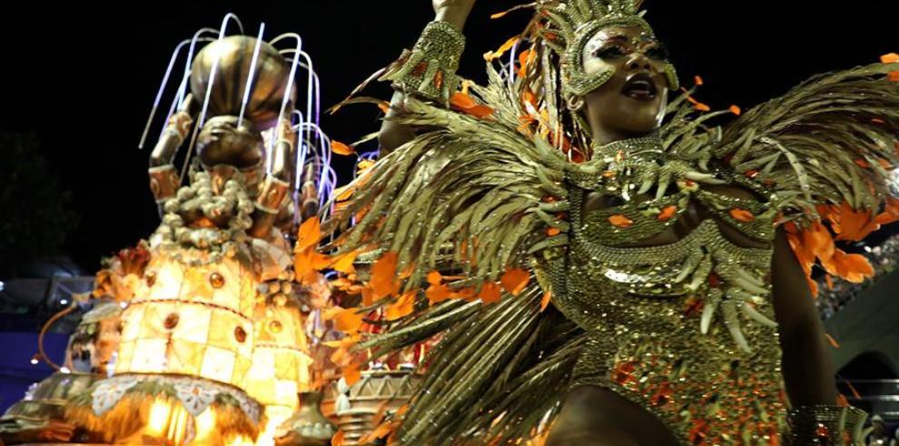 26/02/2020 22:25 (UTC) Crédito: EFE Fuente: EFE Autor: Fabio Motta Temática: Arte, cultura y espectáculos » Costumbres y tradiciones Los integrantes de la escuela de samba Viradouro desfilan en el sambódromo el pasado domingo, durante el carnaval 2020 en