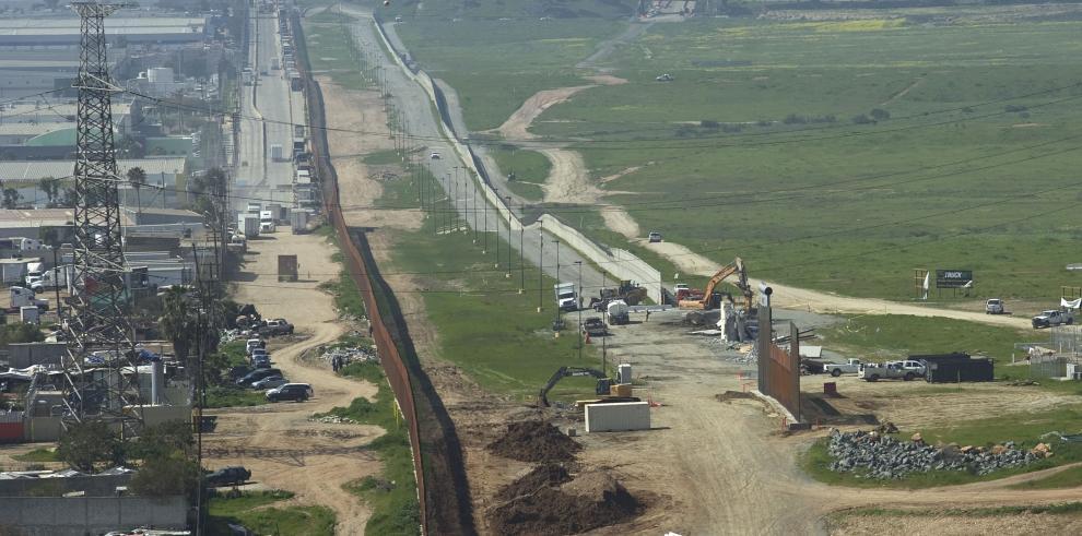 Vista general donde aparece el muro fronterizo entre México y Estados Unidos en la frontera de Tijuana (México) y San Diego (California, EE.UU.).
