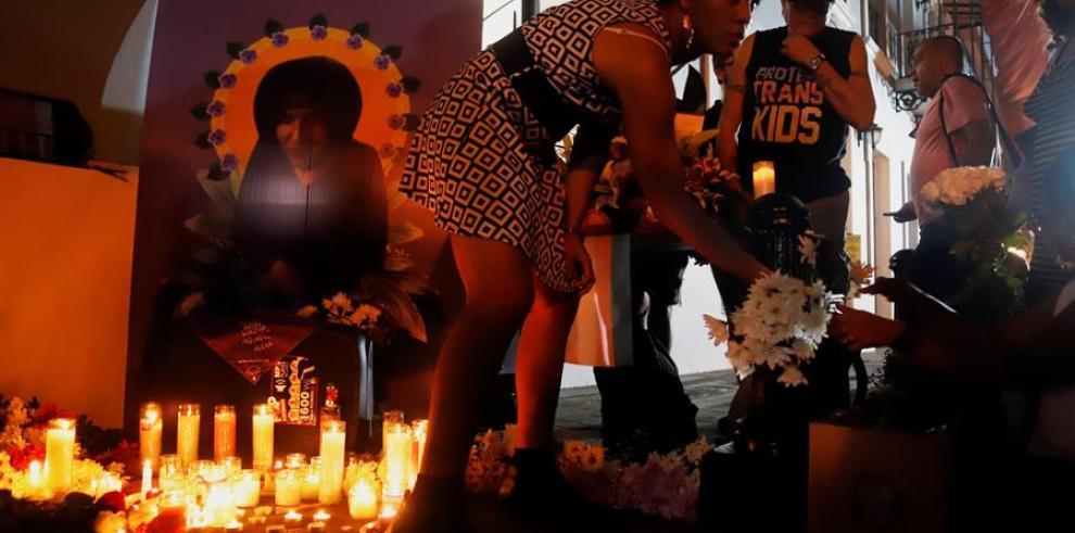 Varias personas participan en un evento en homenaje a Alexa en una vigilia, en la calle Fortaleza en San Juan.